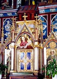 Nad svatostánkem u hlavního oltáře je schránka s ostatky svatého Prokopa